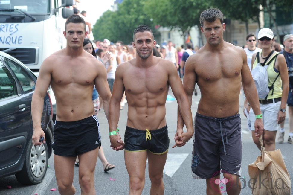 Hombres Con Los Torsos Desnudos En El Ullo Gay De Madrid